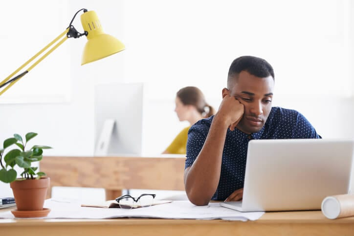worker looking bored is sign of employee disengagement