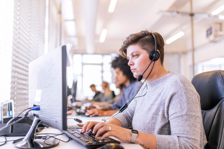 call center employee improves first call resolution rate using knowledge base