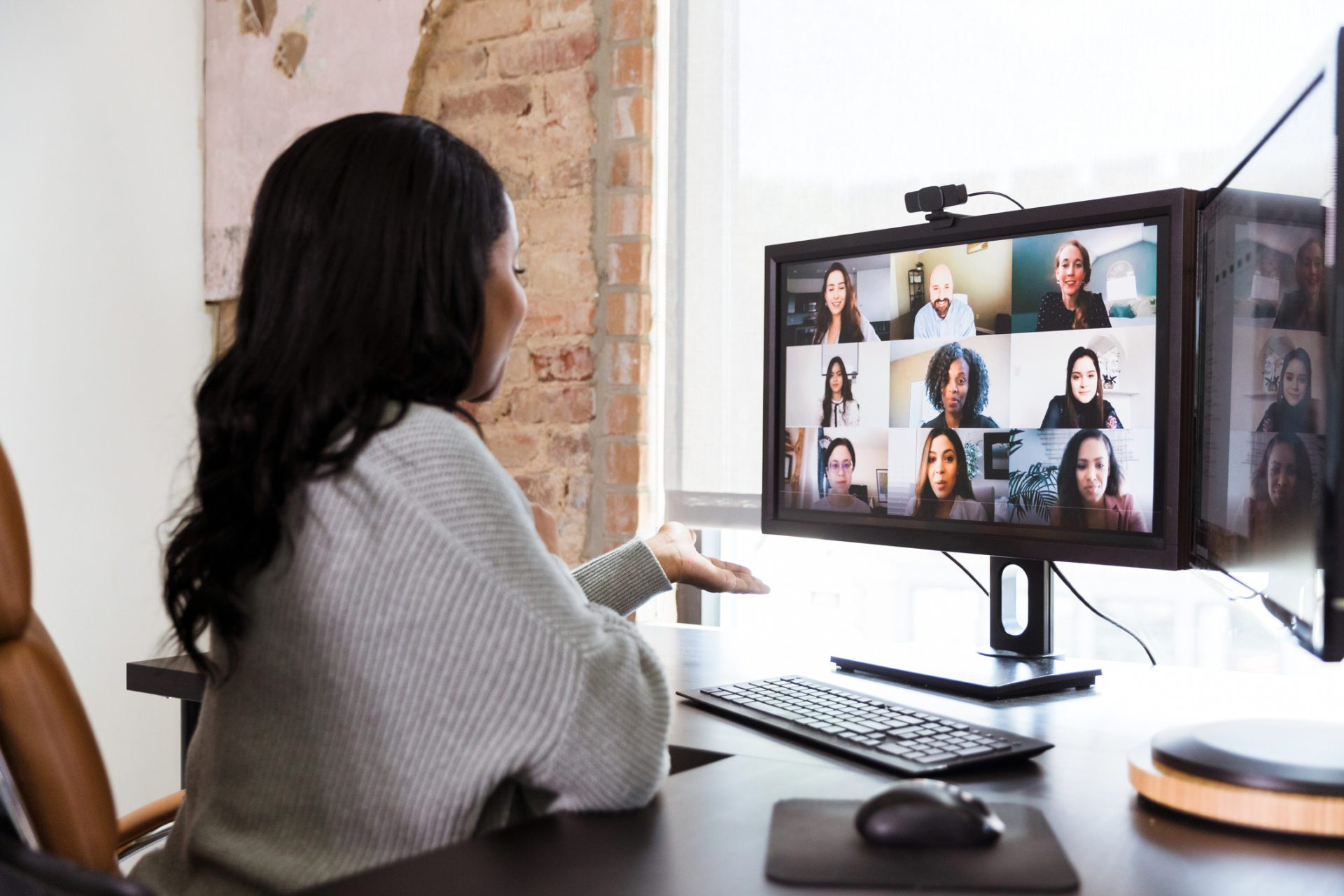 woman conducts focus group online as qualitative research evolves
